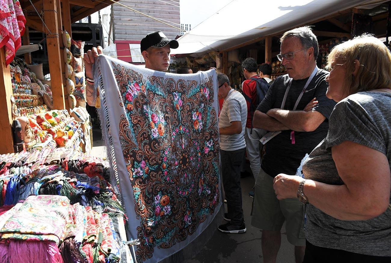 Туристи избират шал