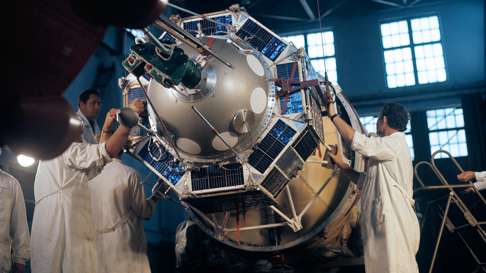 Amarrage d'un satellite à une fusée