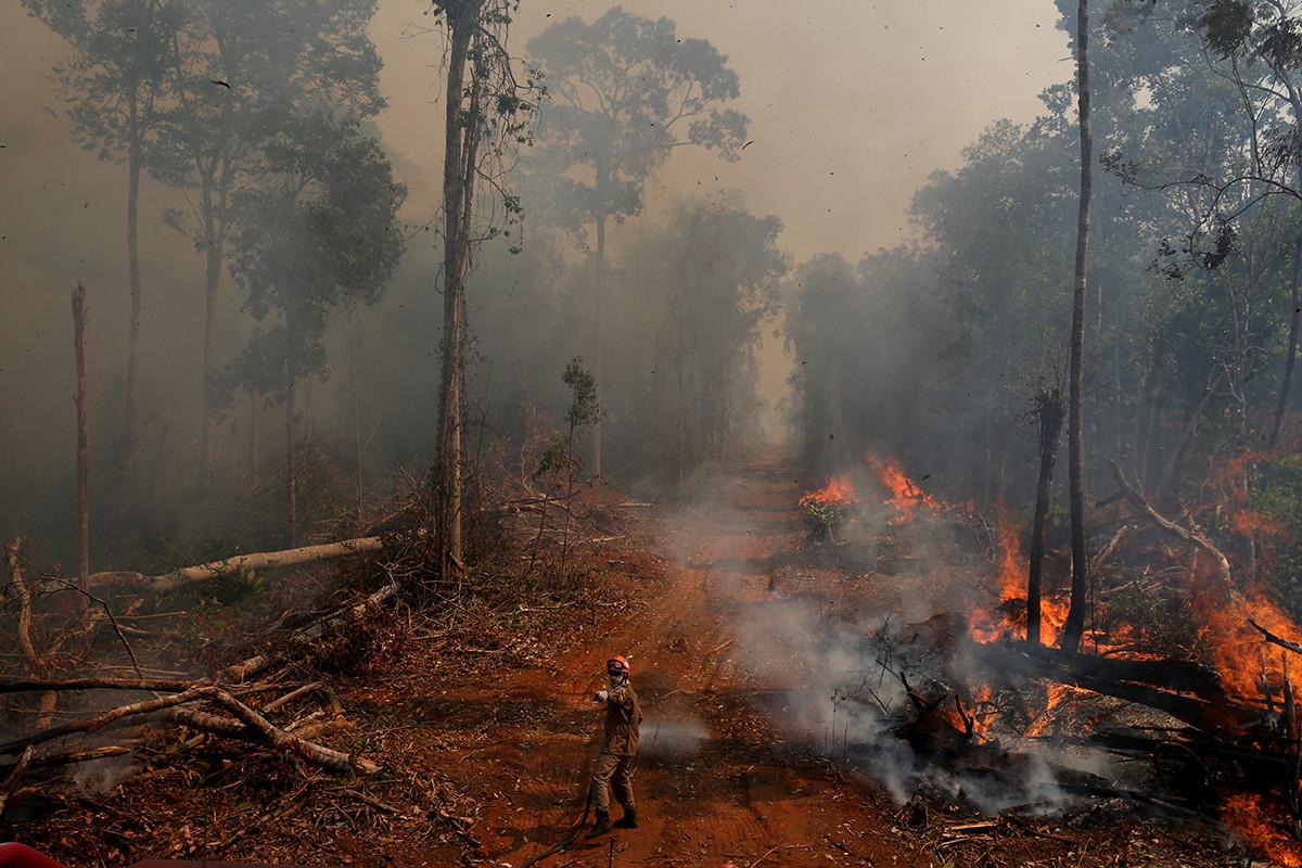 Un bombero de la operación ABAFA Amazonia sofoca un incendio en un bosque de la ciudad de Uniao do Sul, en Mato Grosso