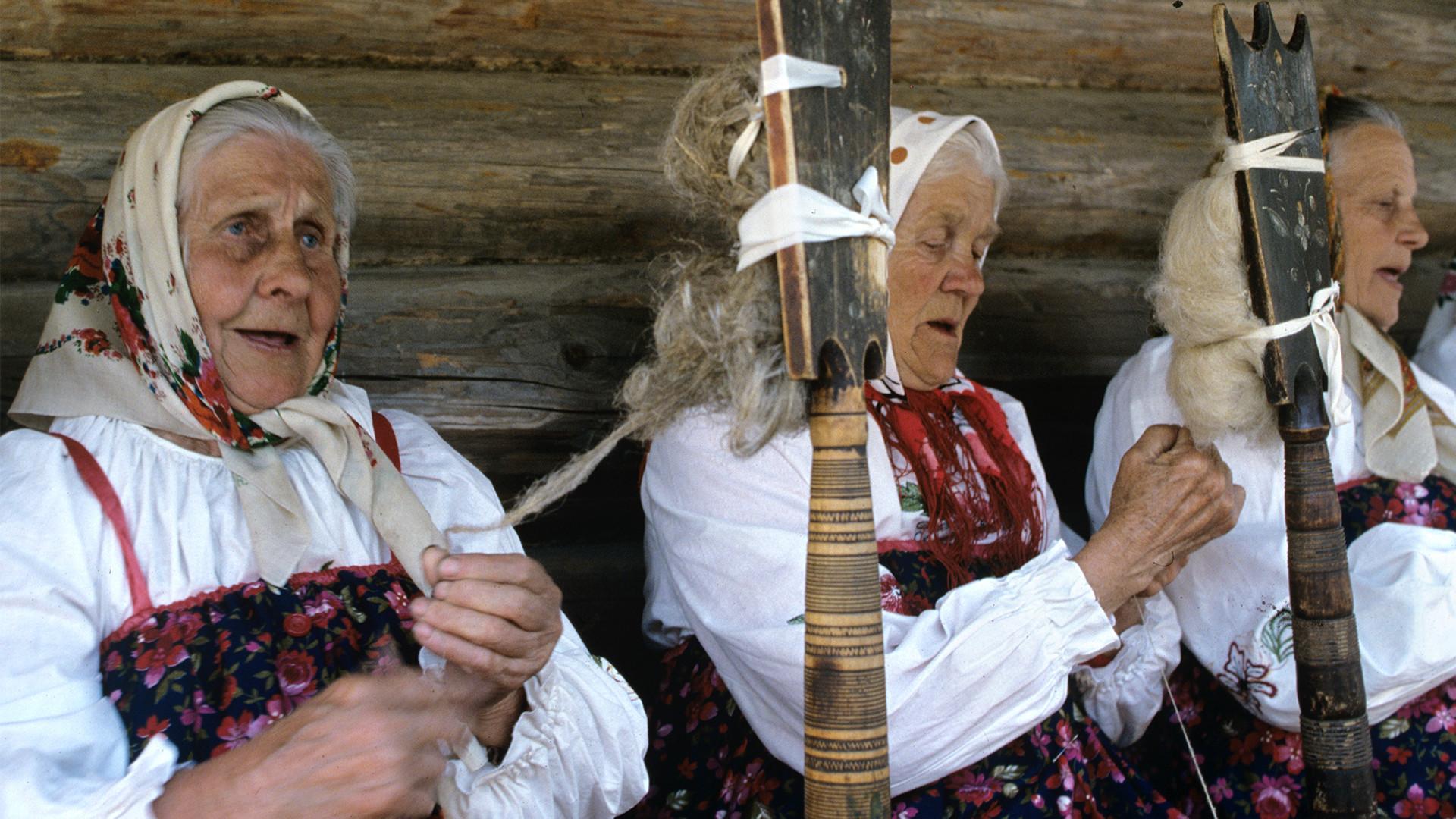 Участницы фестиваля фольклорных ансамблей в «Витославлицах». Музей народного деревянного зодчества