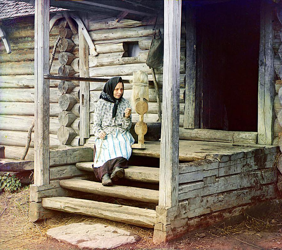 За пряжей. В деревне Изведово, 1910