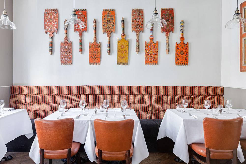 Выставка прялок в русском ресторане ZIMA в Лондоне
