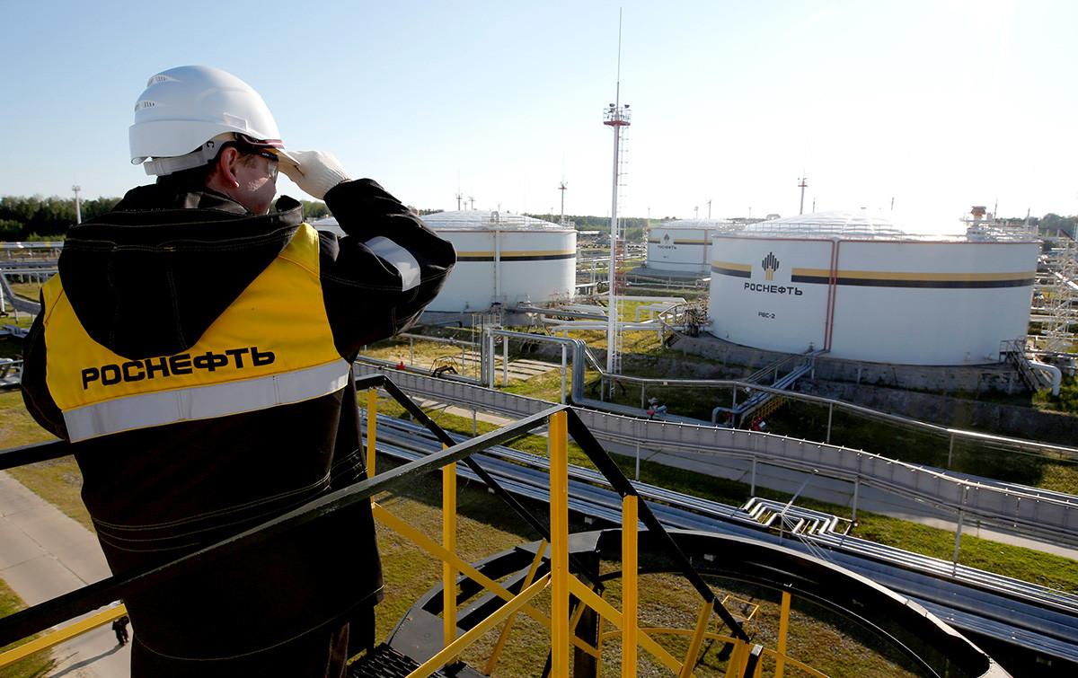 Un trabajador, visto en la instalación central de procesamiento del yacimiento petrolero Prióbskoie, propiedad de Rosneft