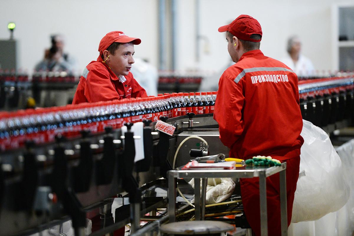 Trabajadores de la planta de Coca-Cola en Krasnoiarsk