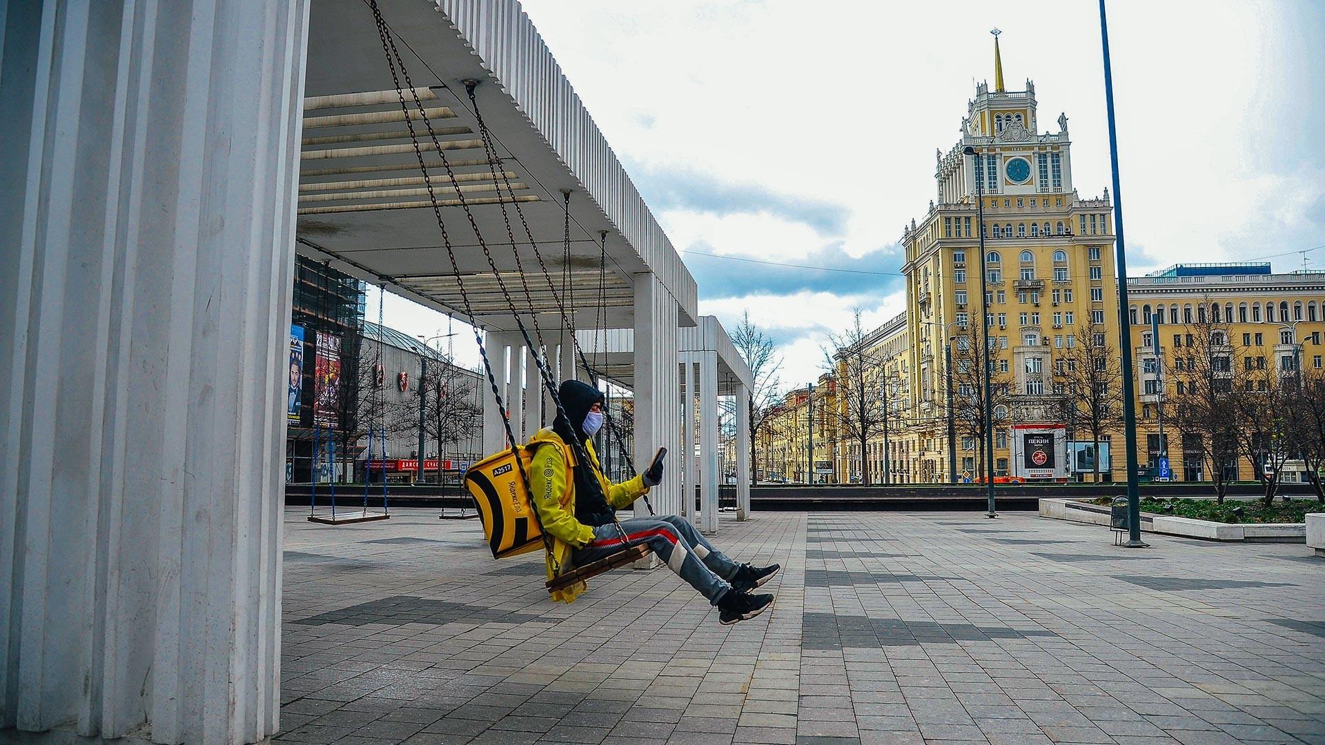 Пред метро-станицата Мајаковскаја