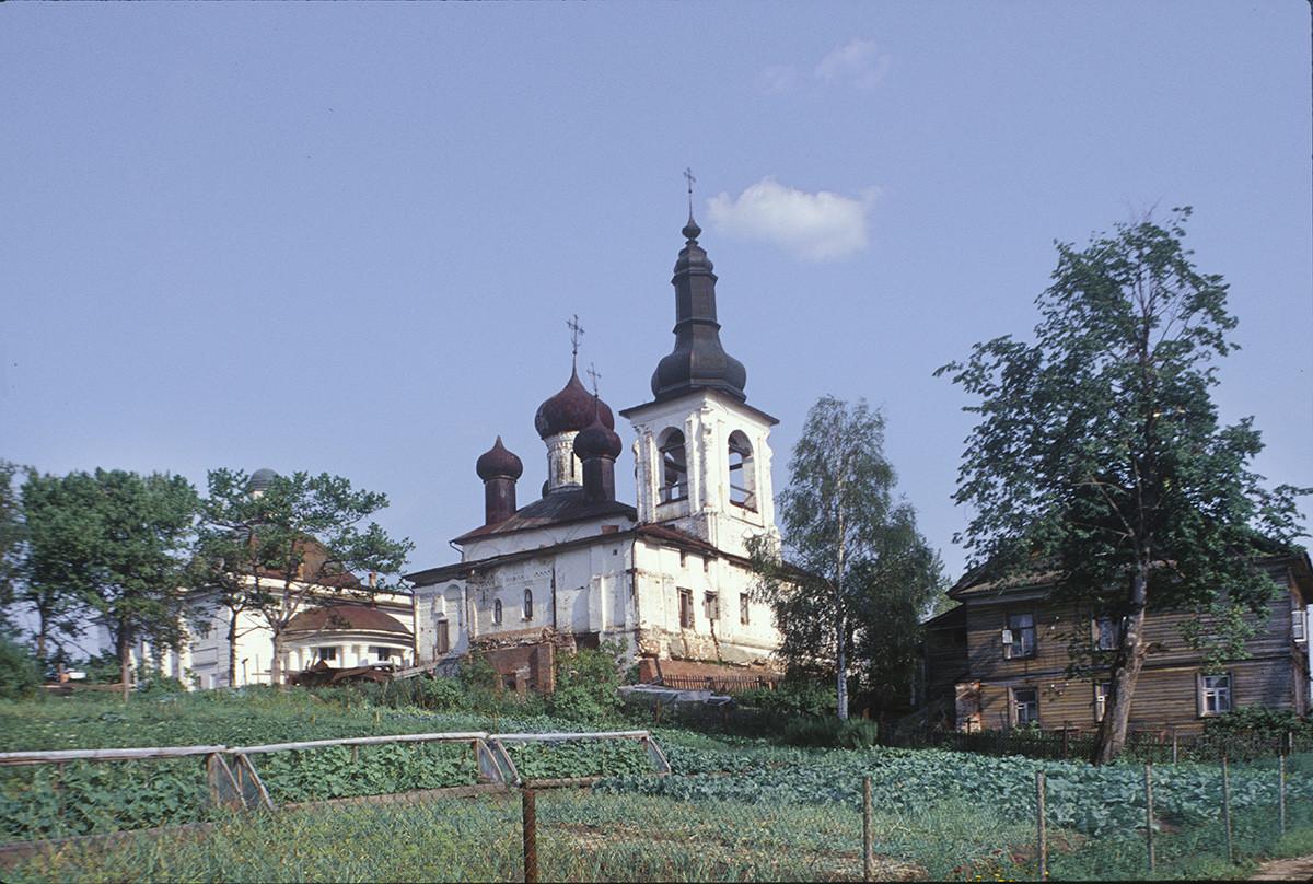 Convento de la Resurrección. Por la izquierda: Catedral de la Trinidad, Catedral de la Resurrección y campanario, vista noroeste en la que se aprecian las parcelas de jardín. 14 de julio de 1999.
