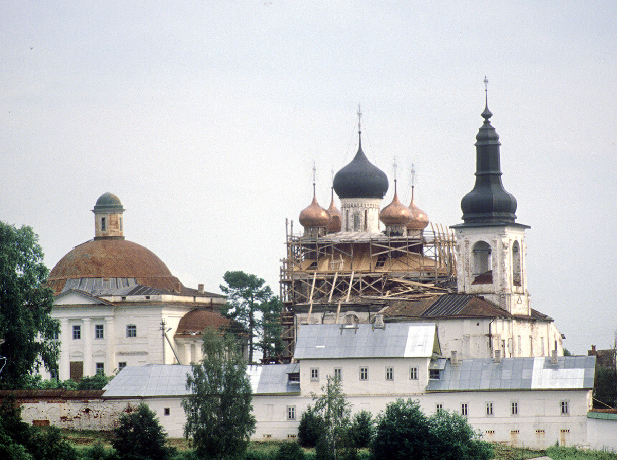Convento de la Resurrección, vista norte. Por la izquierda: Catedral de la Trinidad, Catedral de la Resurrección y campanario, muro norte. 14 de julio de 2007.