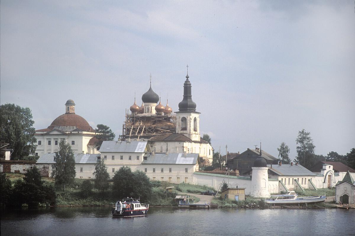 Goritsi. Convento de la Resurrección, vista noroeste del río Sheksna. Desde la izquierda: Catedral de la Trinidad, Catedral de la Resurrección, muro norte y claustros, muro oeste y Puerta Santa. 14 de julio de 2007.