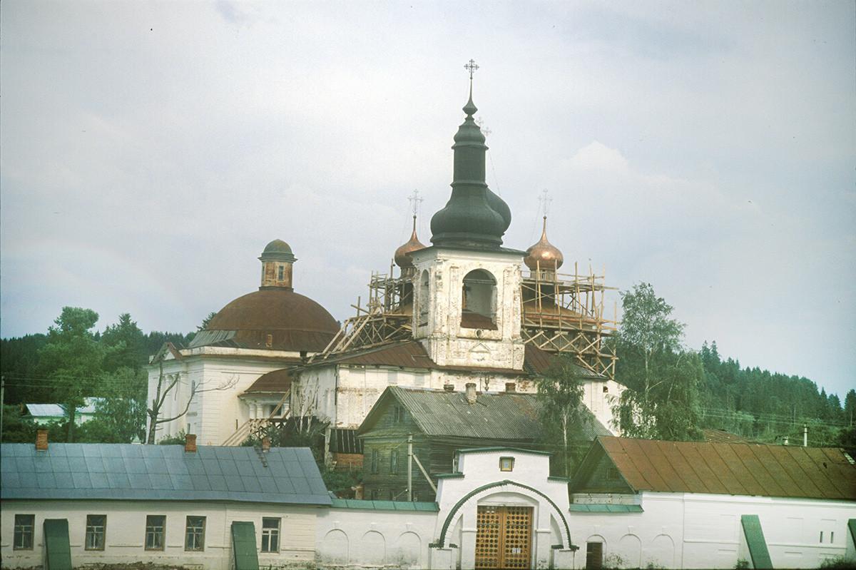 Convento de la Resurrección, vista oeste. Desde la izquierda: Catedral de la Trinidad, Catedral de la Resurrección y campanario, muro oeste. 14 de julio de 2007.