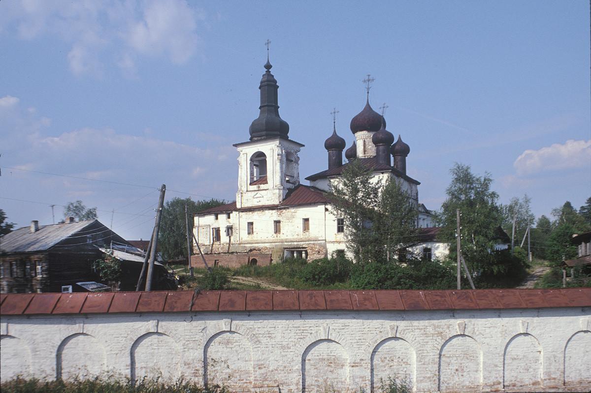 Convento de la Resurrección, vista suroeste. Campanario y Catedral de la Resurrección, muro oeste. 14 de julio de 1999.