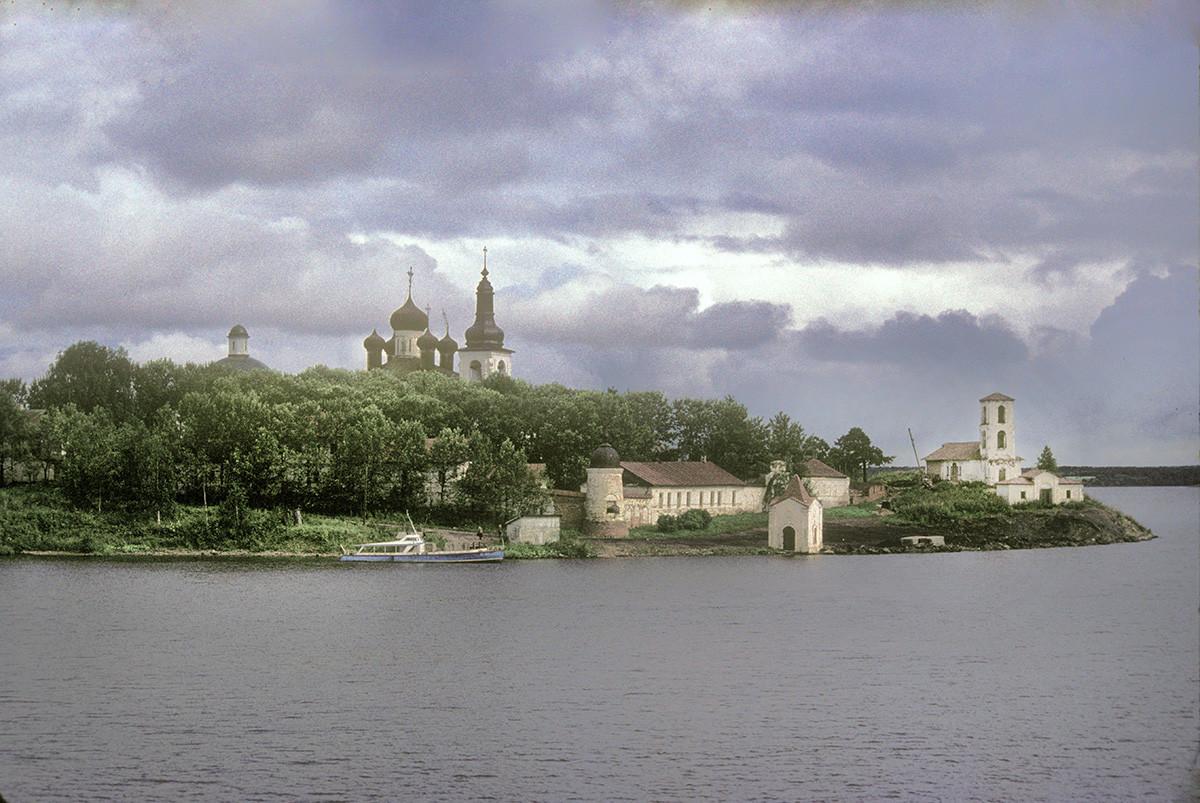 Convento de la Resurrección, vista desde el río Sheksna. Por la izquierda: Catedral de la Trinidad, Catedral de la Resurrección y campanario, muro oeste, Capilla de Juan el Bautista, Iglesia de la Presentación. 8 de agosto de 1991.