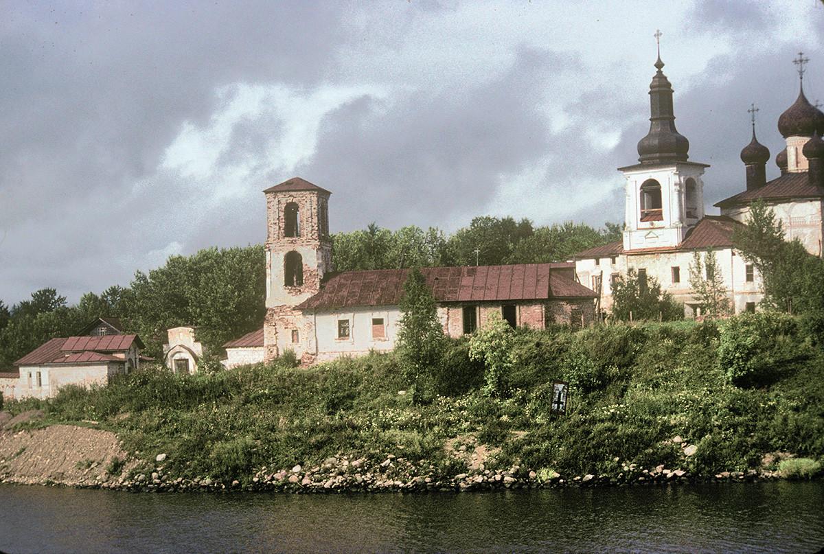 Convento de la Resurrección, vista sur desde el río Sheksna. Por la izquierda: Iglesia de la Presentación, campanario y Catedral de la Resurrección. 8 de agosto de 1991.