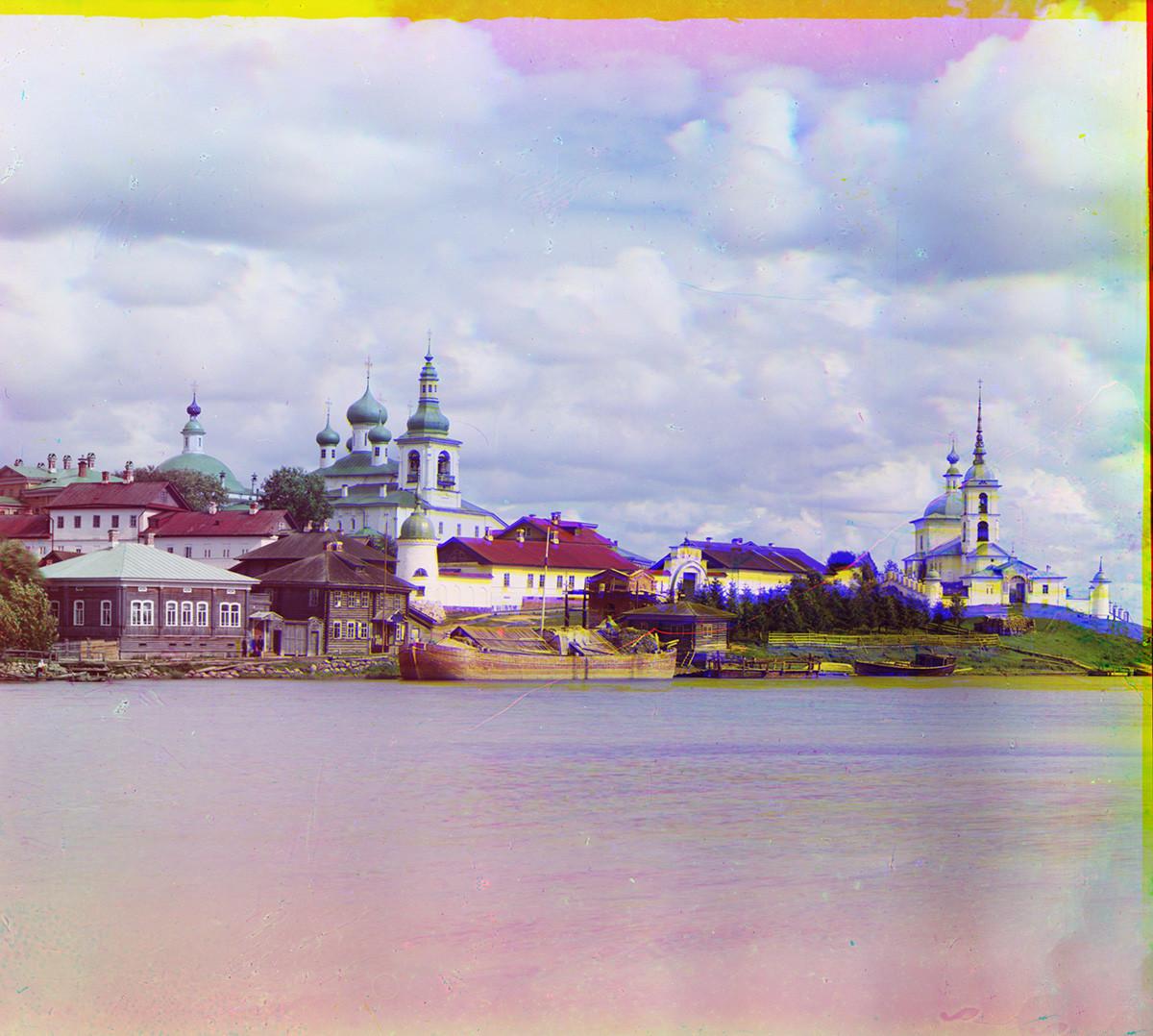 Pie de foto: Goritsi. Convento de la Resurrección, vista desde el río Sheksna. Desde la izquierda: Catedral de la Trinidad, Catedral de la Resurrección, muro norte y claustro, muro oeste, Iglesia de la Presentación. Verano de 1909.