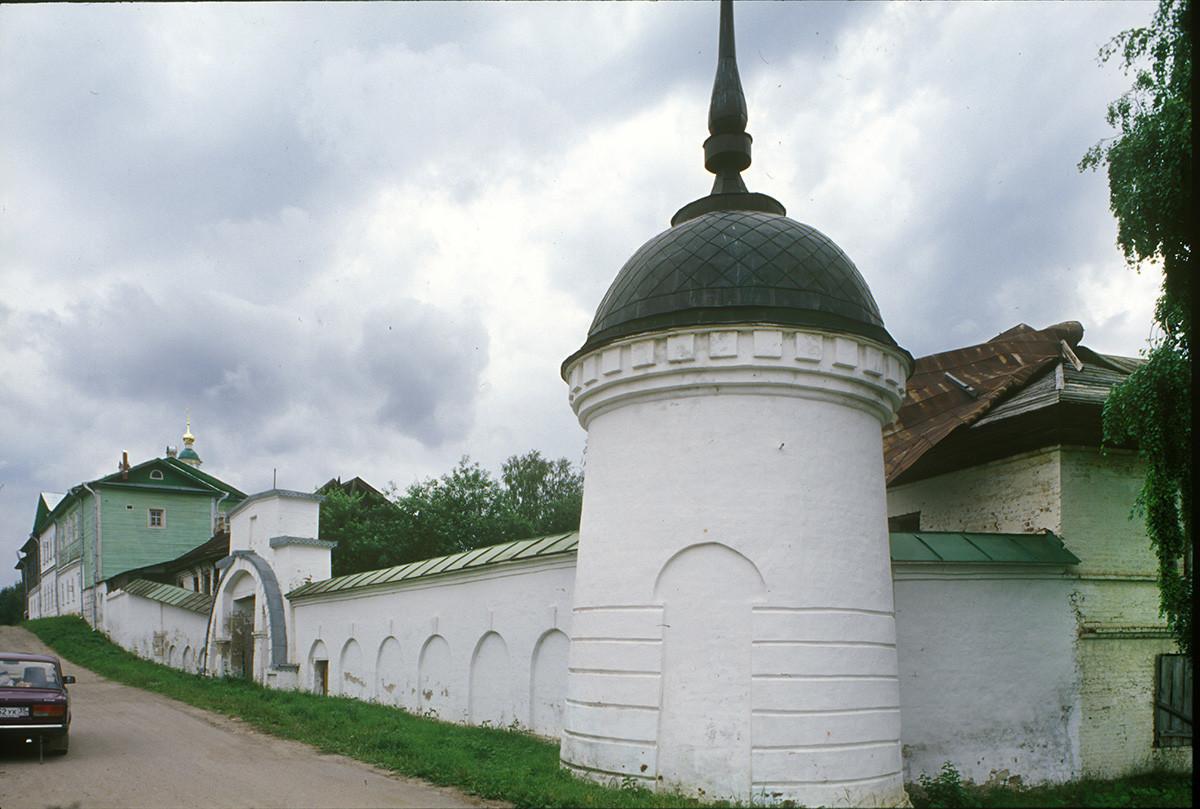 Convento de la Resurrección. Muro este y torre de la esquina noreste. 14 de julio de 2007.