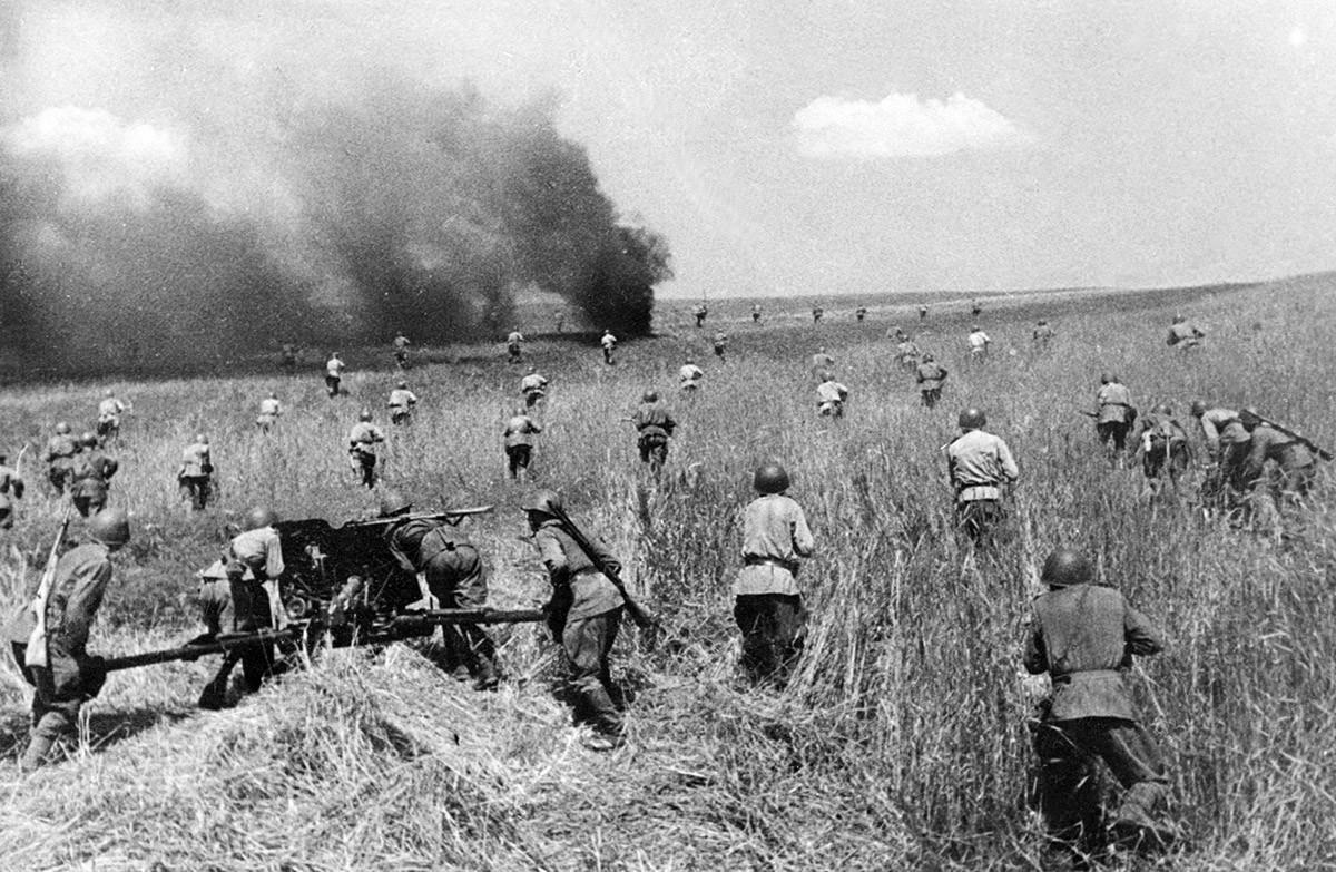 Советская пехоты во время атаки.