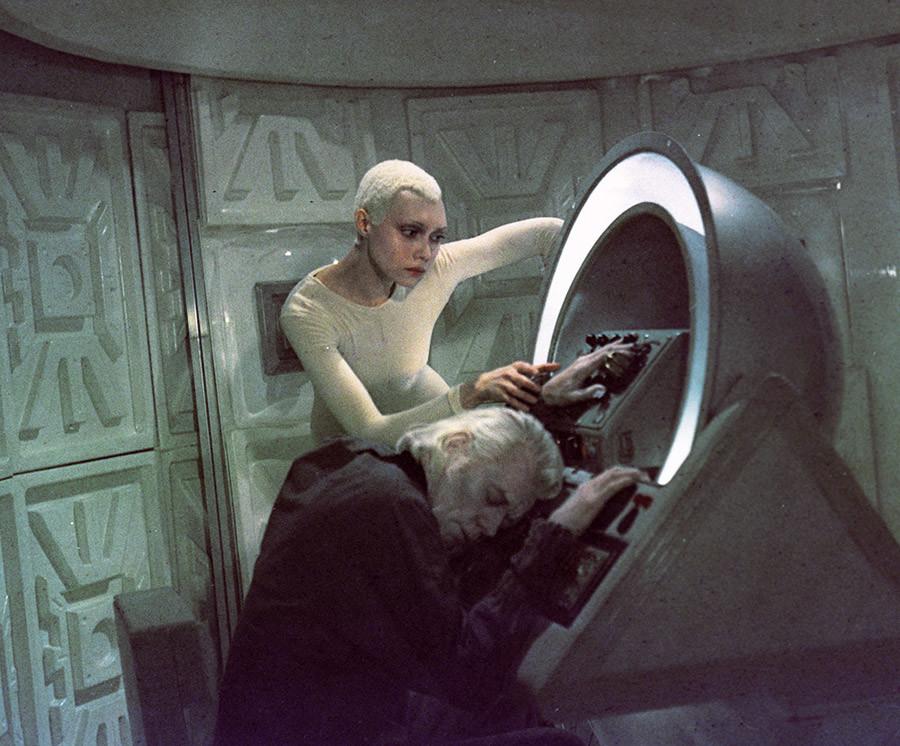 映画『茨から星へ』でエイリアンの役を演じているエレナ・メテルキナ