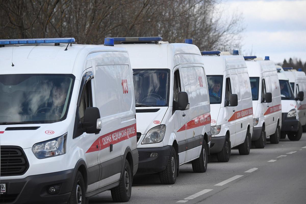 Fila de ambulância na entrada do 119º Centro Federal de Pesquisa Clínica, em Moscou