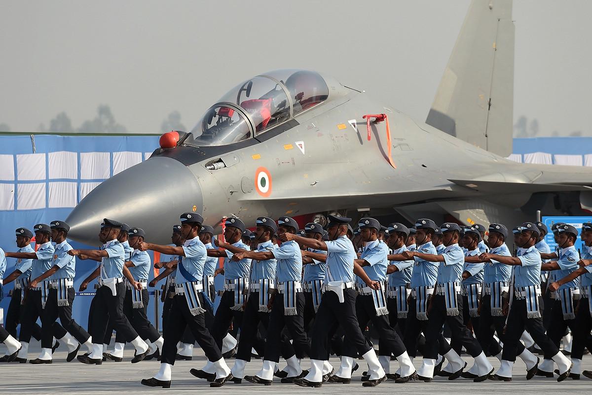 """Припадници индијског ратног ваздухопловства марширају испред ловаца Су-30МКИ """"Сухој"""" на генералној проби параде поводом Дана ратног ваздухопловства на ваздухопловној бази Хиндон у Газијабаду, у предграђу Њу Делхија."""