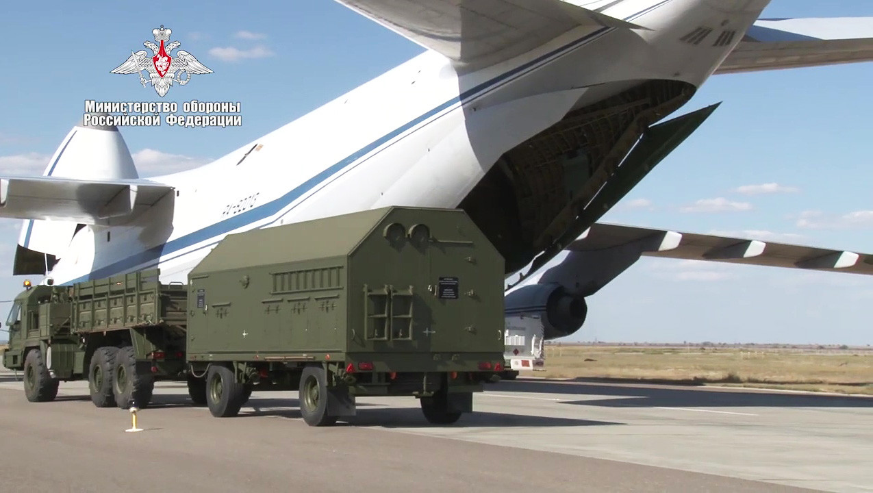 """Утовар делова зенитних ракетних система С-400 """"Тријумф у авион Министарства одбране РФ ради испоруке Турској у оквиру уговора о усавршавању противваздухопловног система ове земље."""