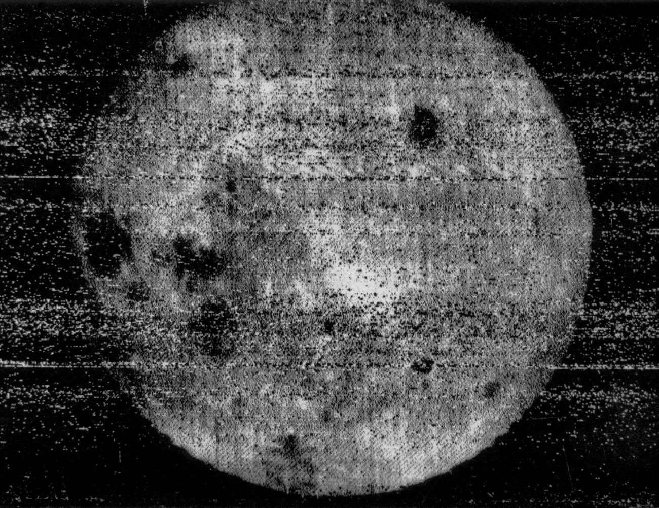 Foto pertama sisi gelap Bulan.