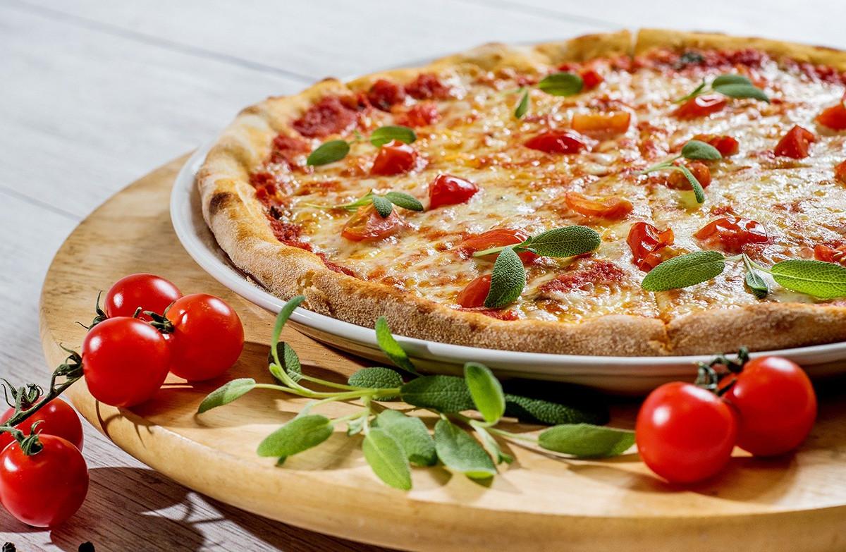 Дети охотно украсят пиццу вместе с родителями