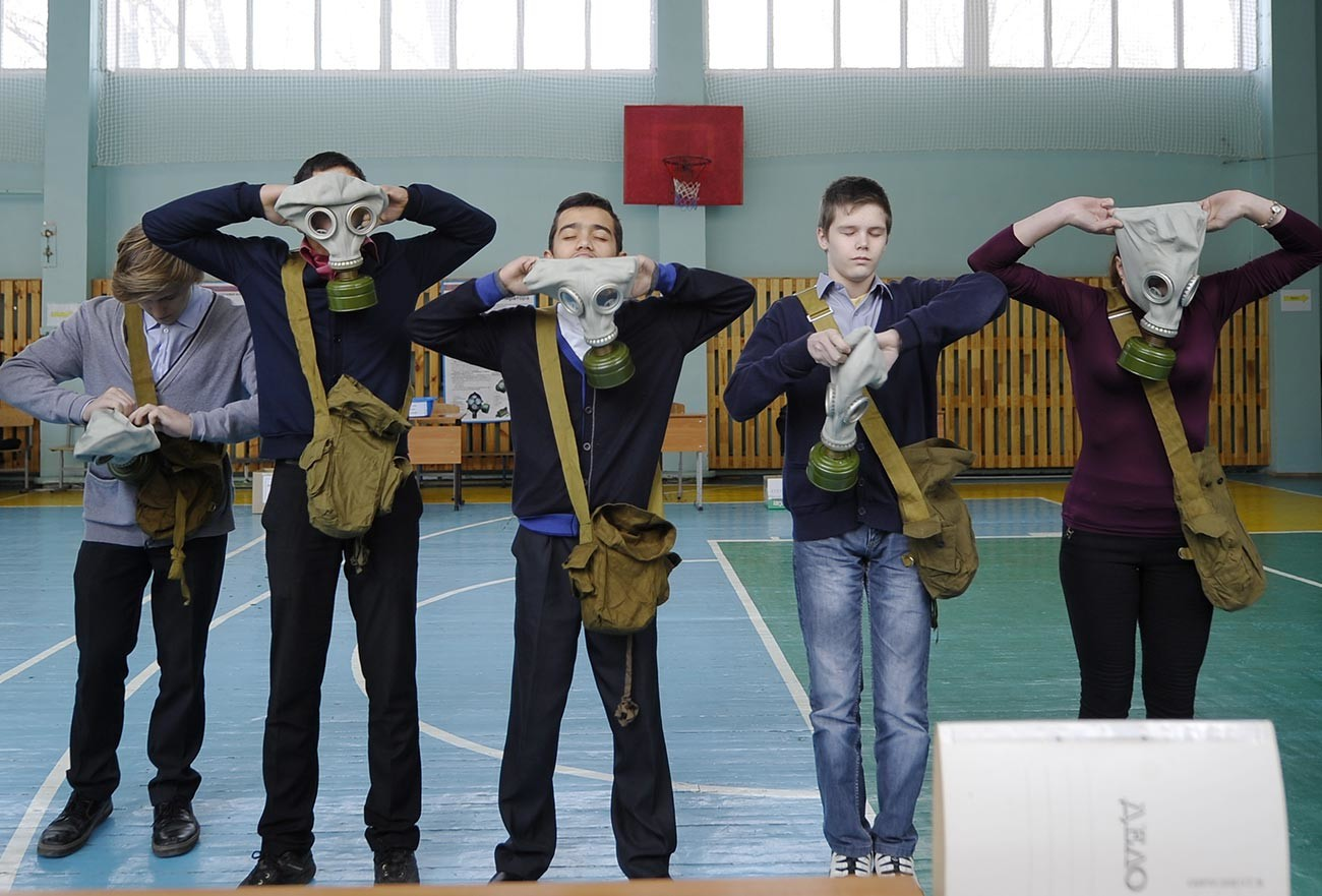 Практические занятия по гражданской обороне на пункте выдачи средств индивидуальной защиты в среднеобразовательной школе №182.