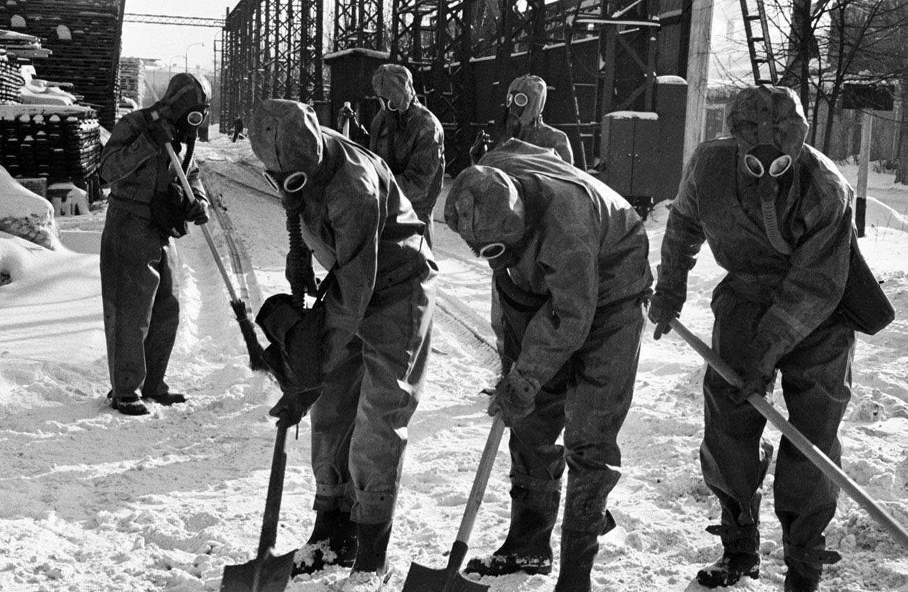 Cours pratique de protection civile - désinfection du terrain - à l'usine de réparation de locomotives de Moscou