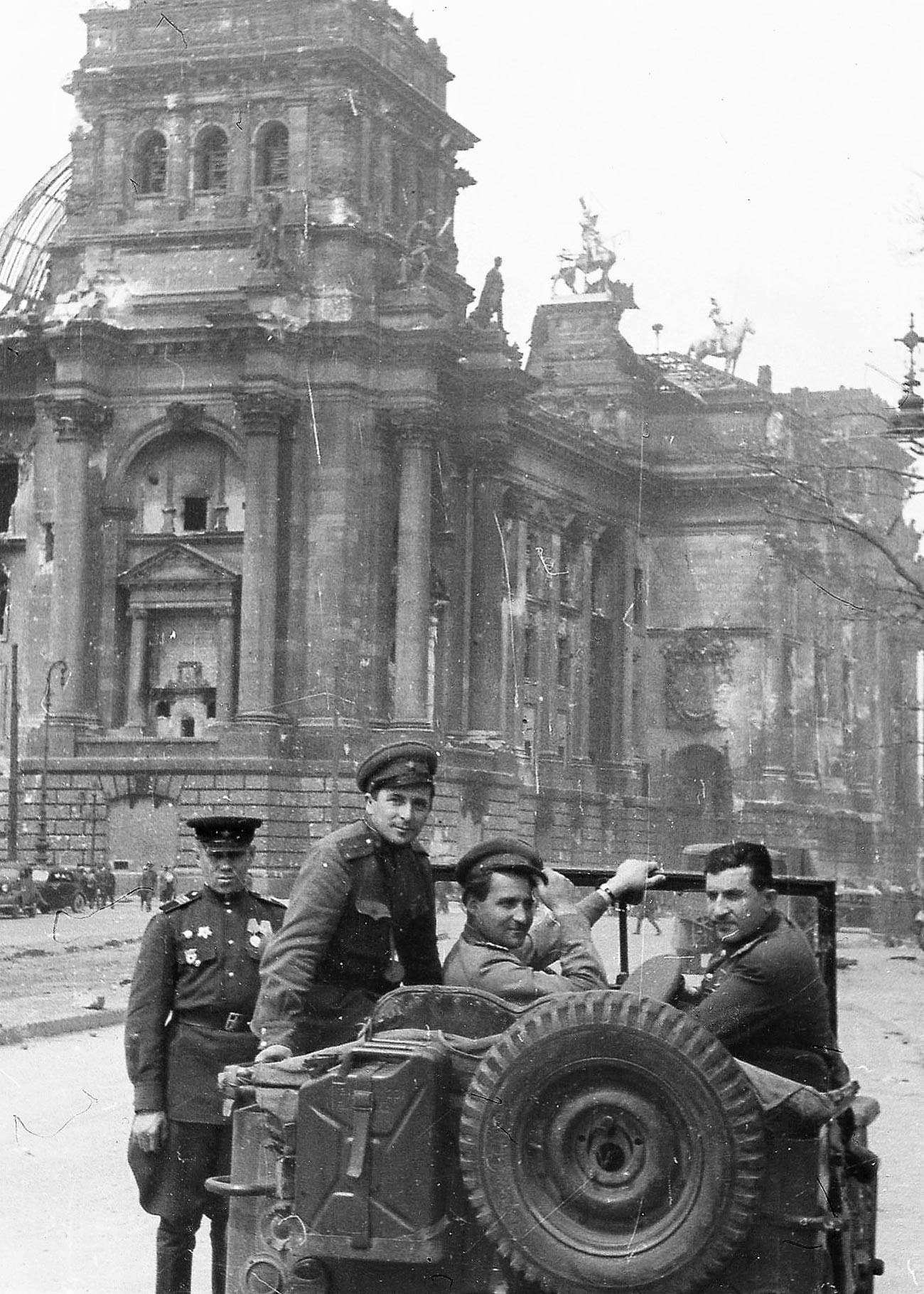 Илья Аронс. Справа-налево: Генерал-майор Матвей Вайнтруб, писатель Константин Симонов, кинооператор Илья Аронс у здания Рейхстага, Берлин, 1945 г.