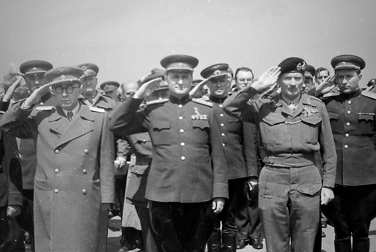 Илья Аронс. заместитель командующего 1-м Белорусским фронтом, Генерал Советской армии Василий Соколовский (по центру) встречает британского фельдмаршала Бернарда Л. Монтгомери, который прибыл в Берлин для подписания «Декларации о поражении Германии» 5 июня 1945 года