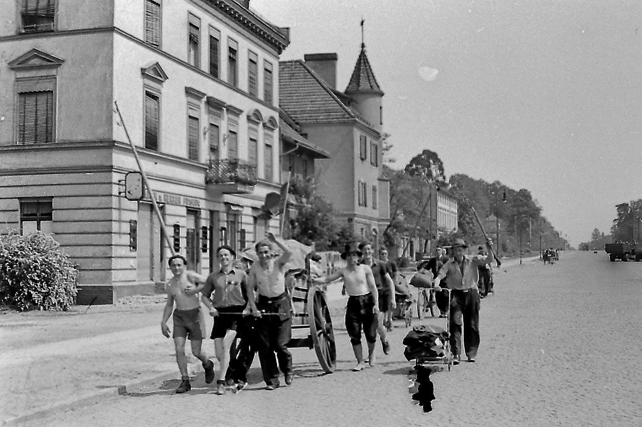 Илья Аронс. Освобожденные советские военнопленные. Берлин, лето 1945 г.