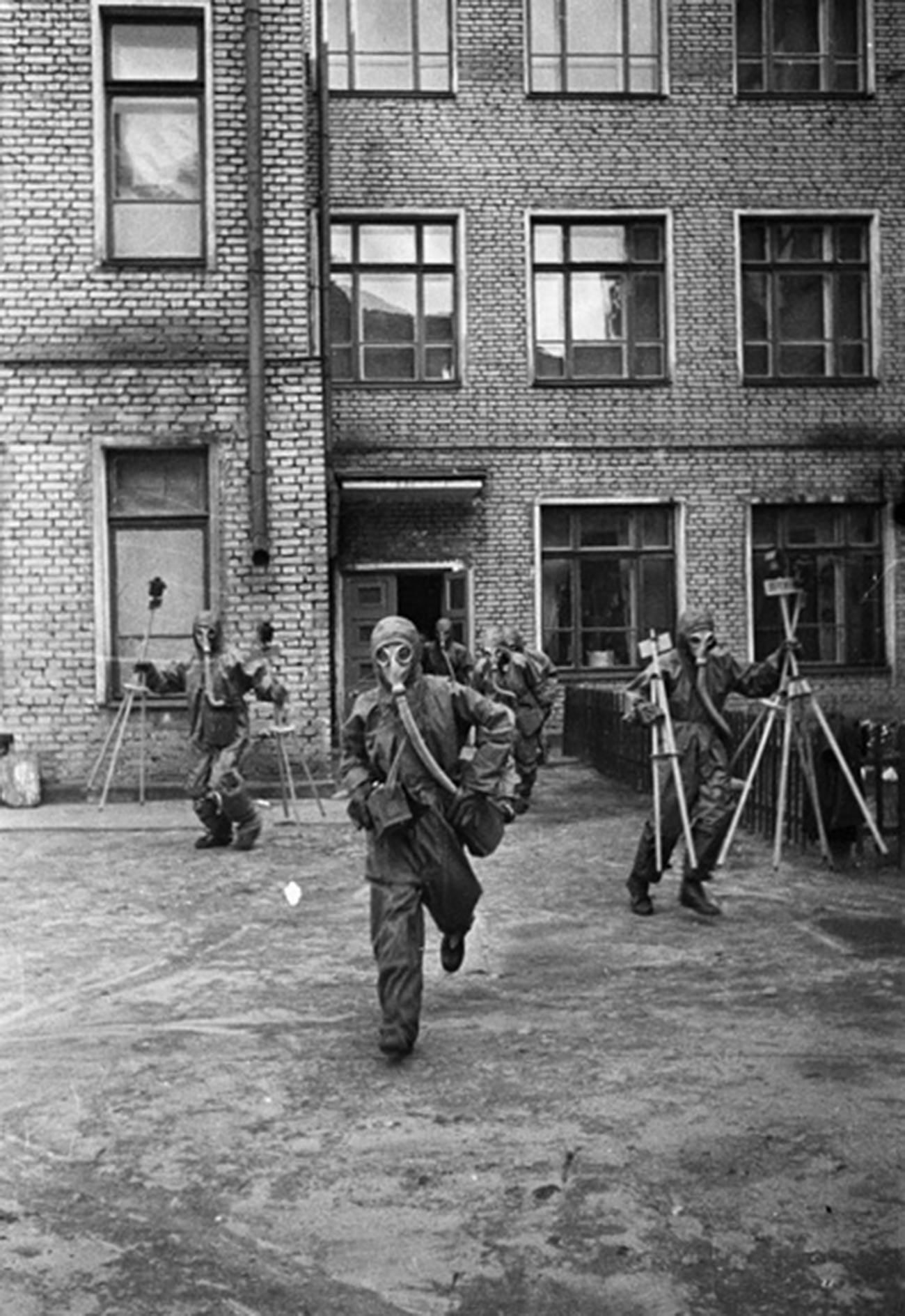 市民防衛の訓練中の若者たち