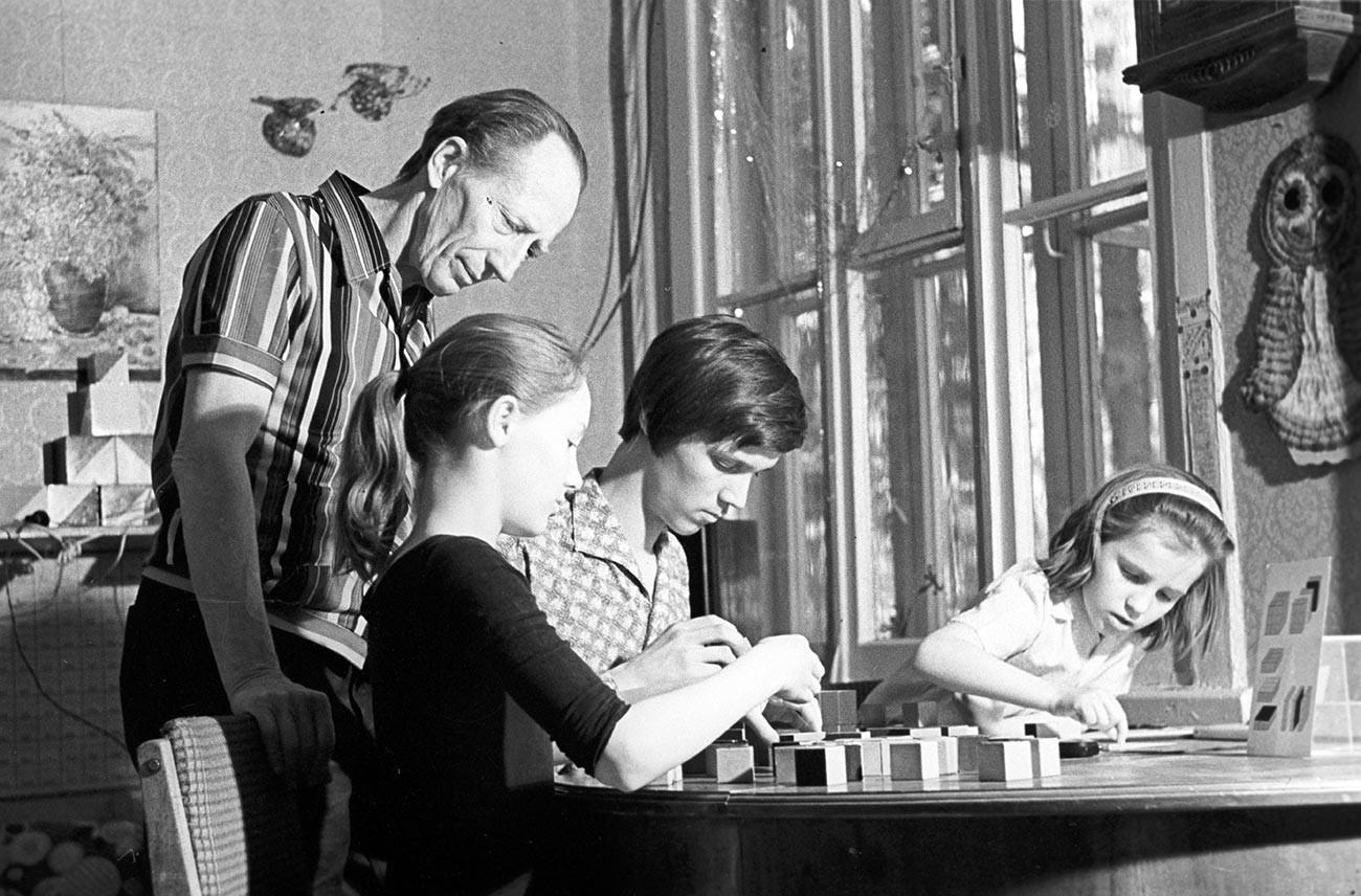 Boris je uživao u provođenju vremena s djecom, igranju igara i promatranju kako napreduju. 1978.