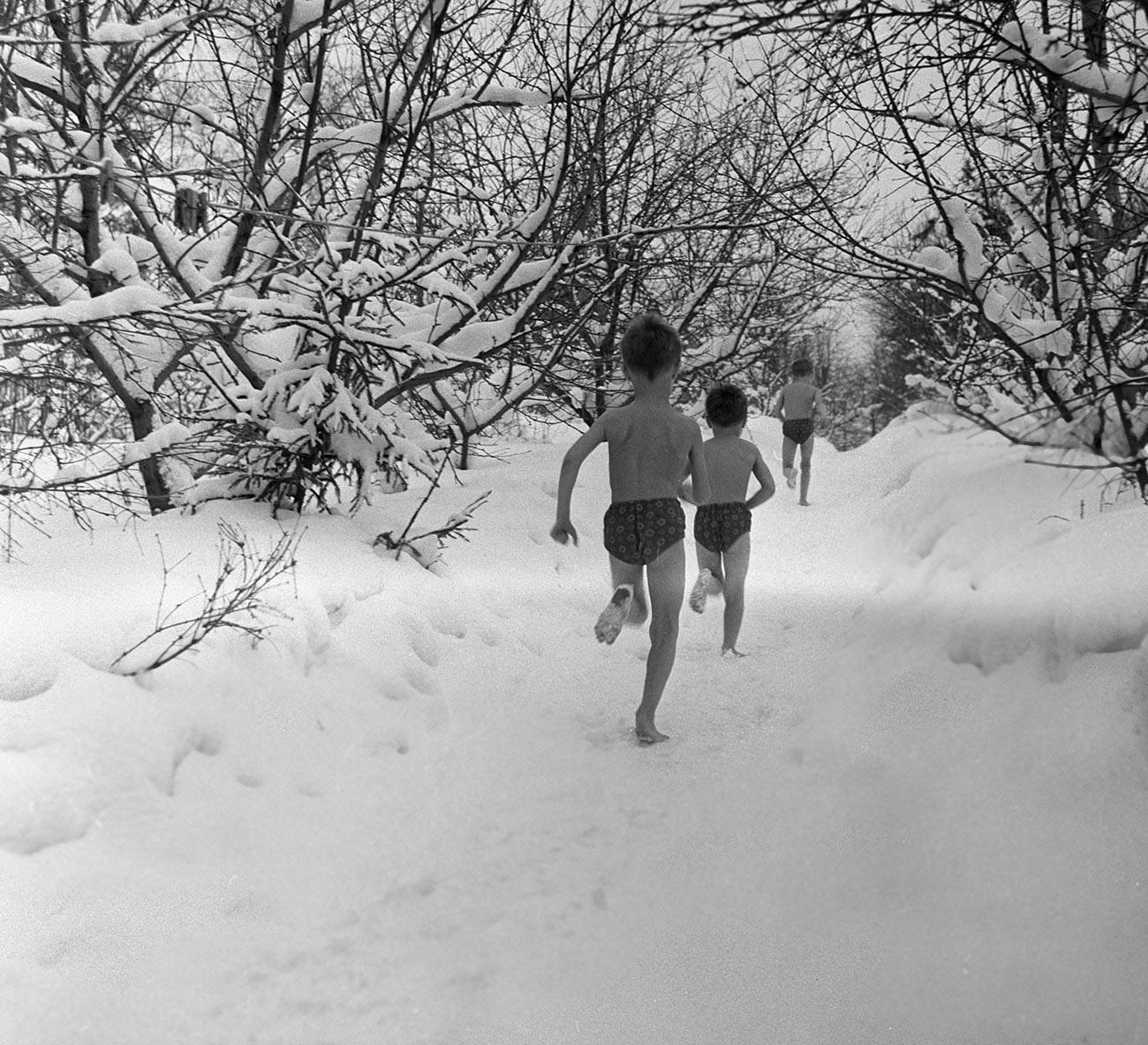 S praksom čeličenja na hladnoći započeli su kada je njihovo najstarije dijete imalo problema s kožom. 1968.