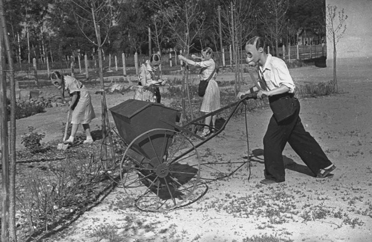 Šolarji med vajami dekontaminacije, 1942