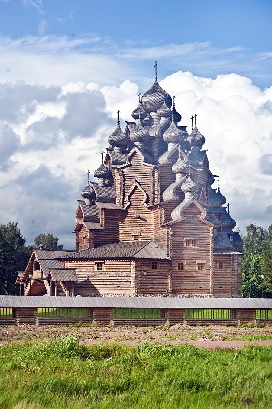 Bogoslovka. Iglesia de la Intercesión, vista suroeste. 17 de agosto de 2009