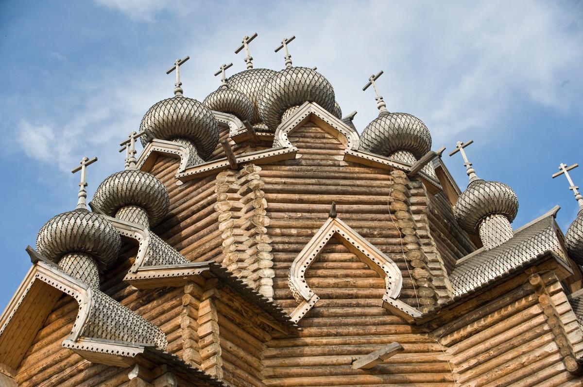 Bogoslovka (cerca de San Petersburgo). Iglesia de la Intercesión. Estructura superior, vista suroeste. 17 de agosto de 2009.