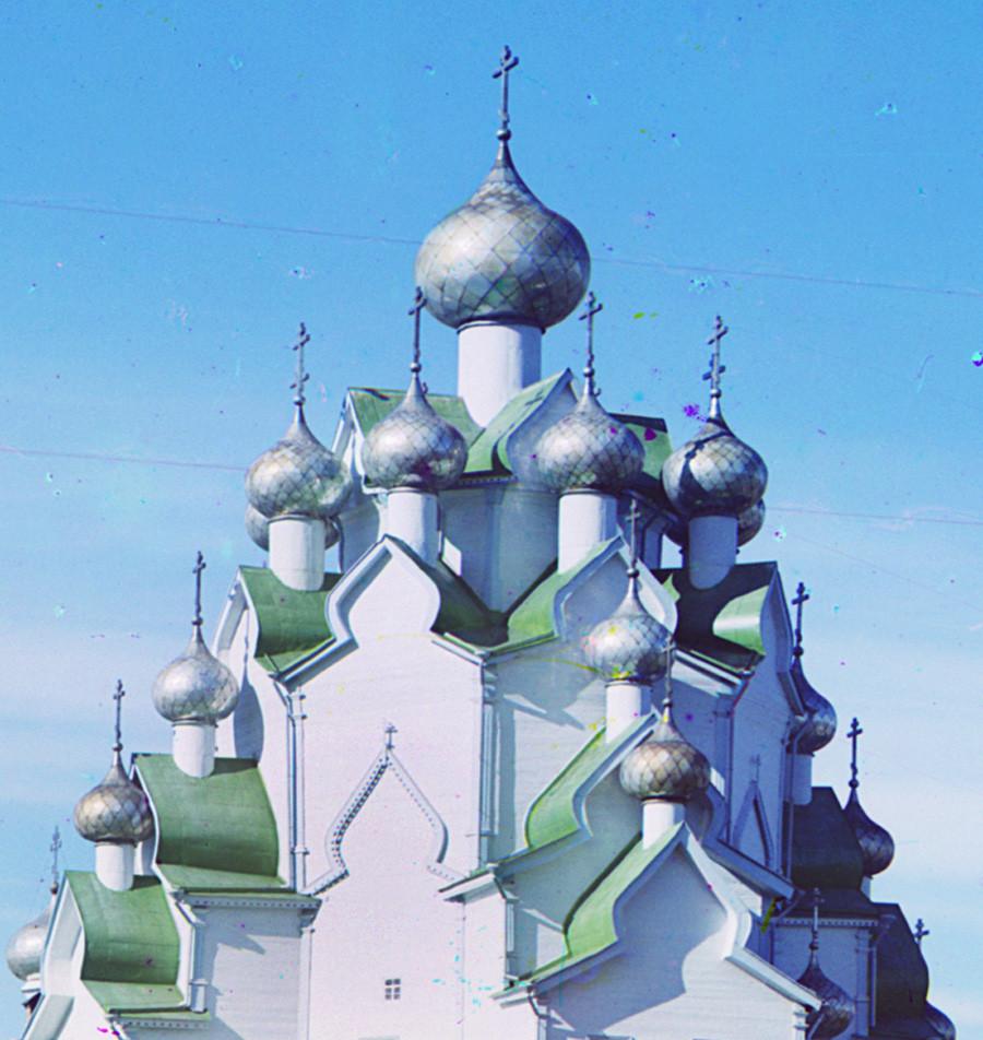 Anjímovo. Iglesia de la Intercesión. Estructura superior, vista suroeste. Faltan cuatro cúpulas en la base de la cúpula superior (restauradsa en Bogoslovka). Verano de 1909