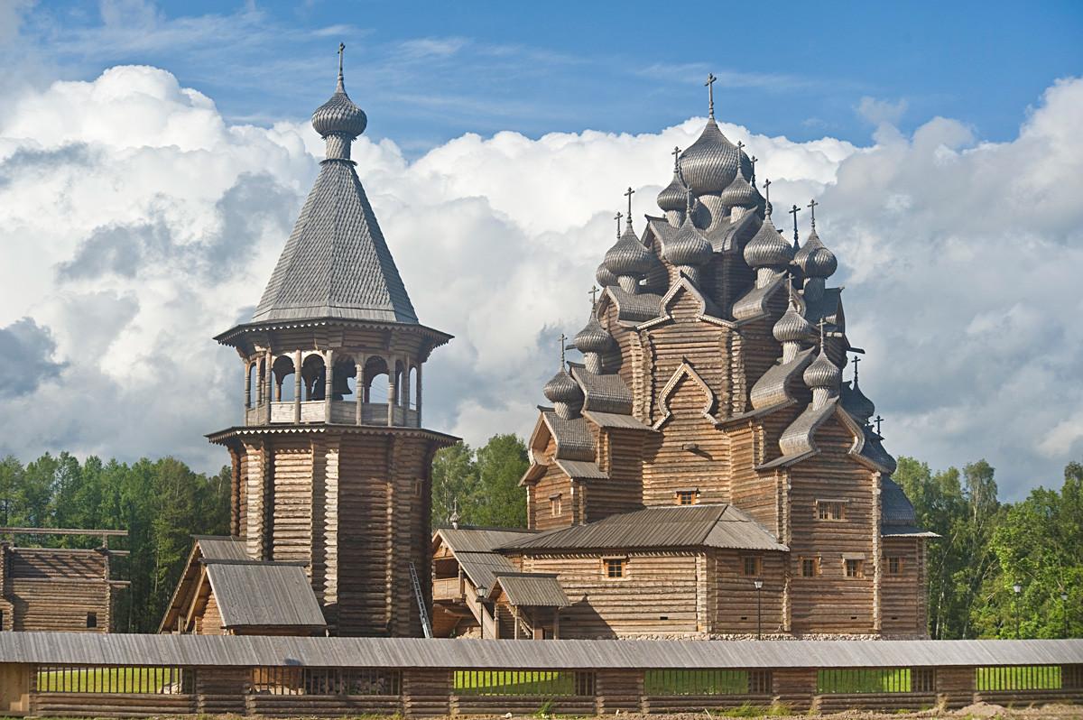 Bogoslovka. Iglesia de la Intercesión. Vista suroeste con el campanario de troncos reconstruido (1670, originario del pueblo de Uftiuga). 17 de agosto de 2009.