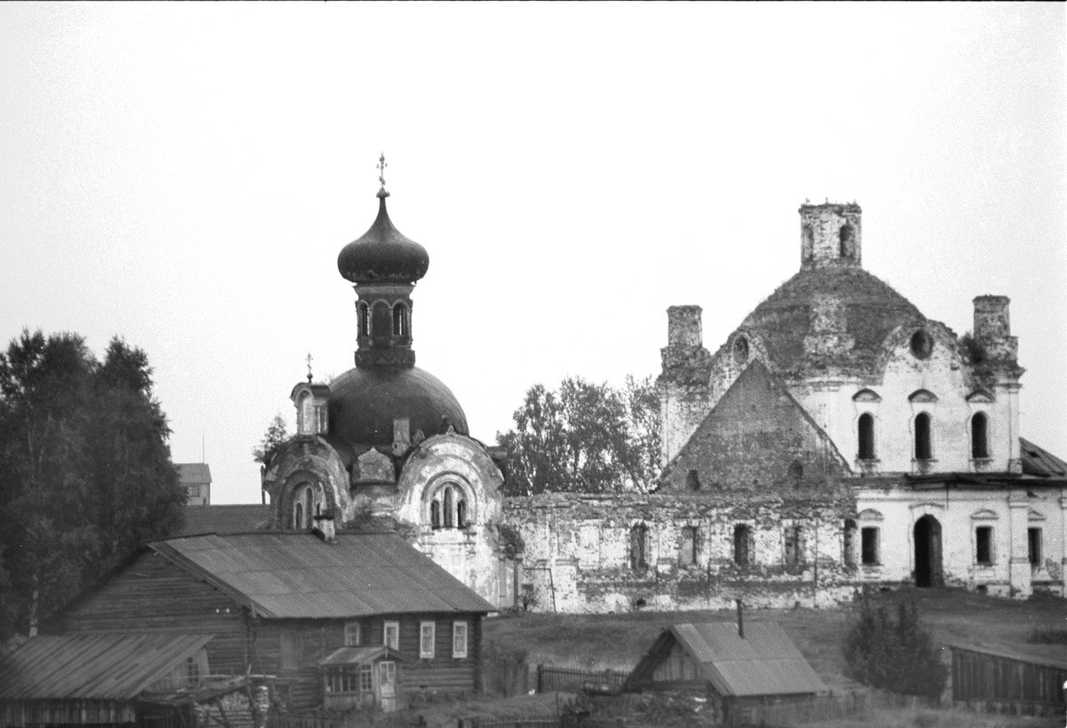 Anjímovo. Iglesia de Todos los Santos (izquierda) e Iglesia del Icono de la Imagen del Salvador Milagroso (campanario demolido). Vista suroeste desde el río Vitegra. 8 de agosto de 1991.