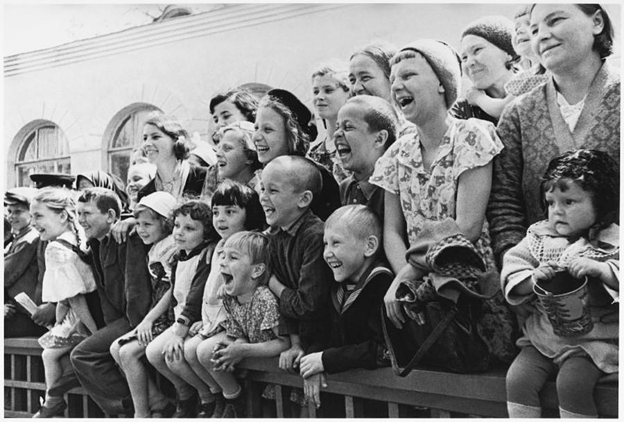 Niños en el zoológico mscovita en Krásnaia Presnia, 1956