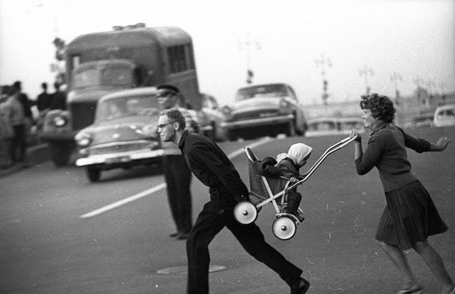 Cruzando la calle. Leningrado (actualmente, San Petersburgo), 1963