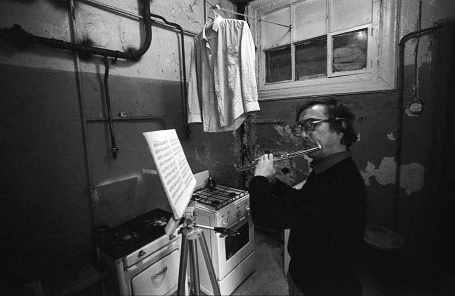 El fotógrafo Oleg Makárov y su flauta, en Moscú en 1984.