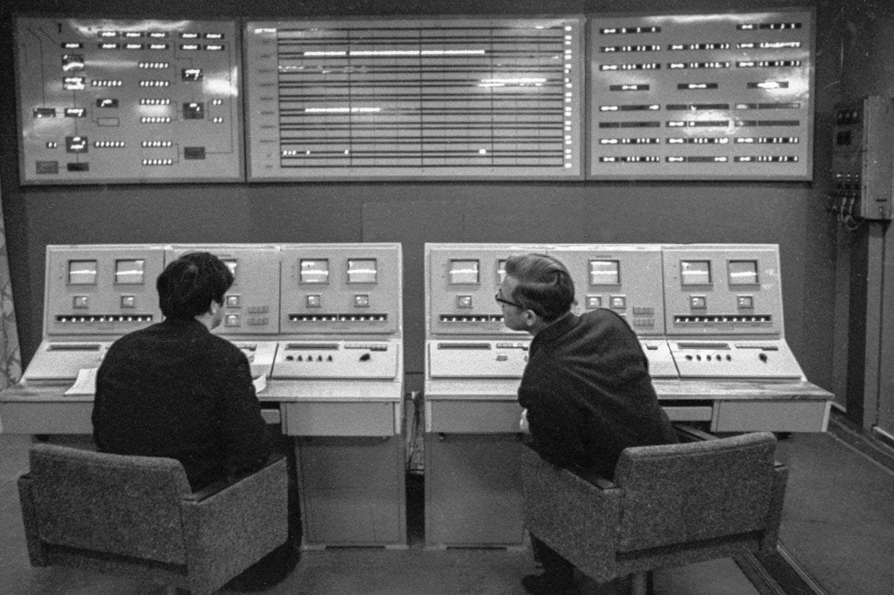 Obdelava informacij v računalniškem centru pred poletom medplanetarne avtomatske postaje Venera-7.