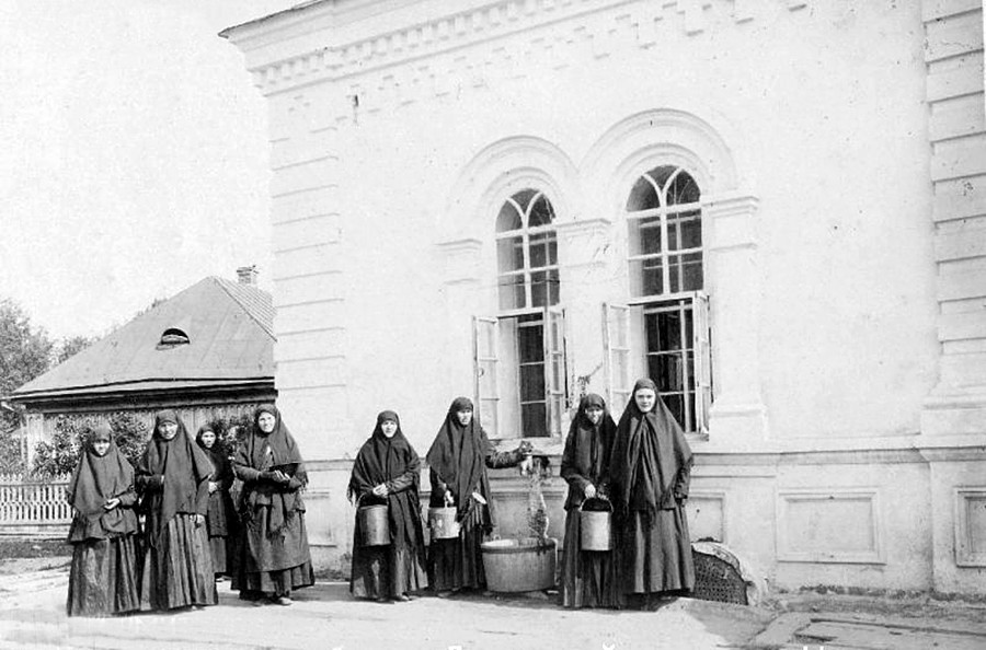Diveyevo convent. Nuns at the well, 1890s