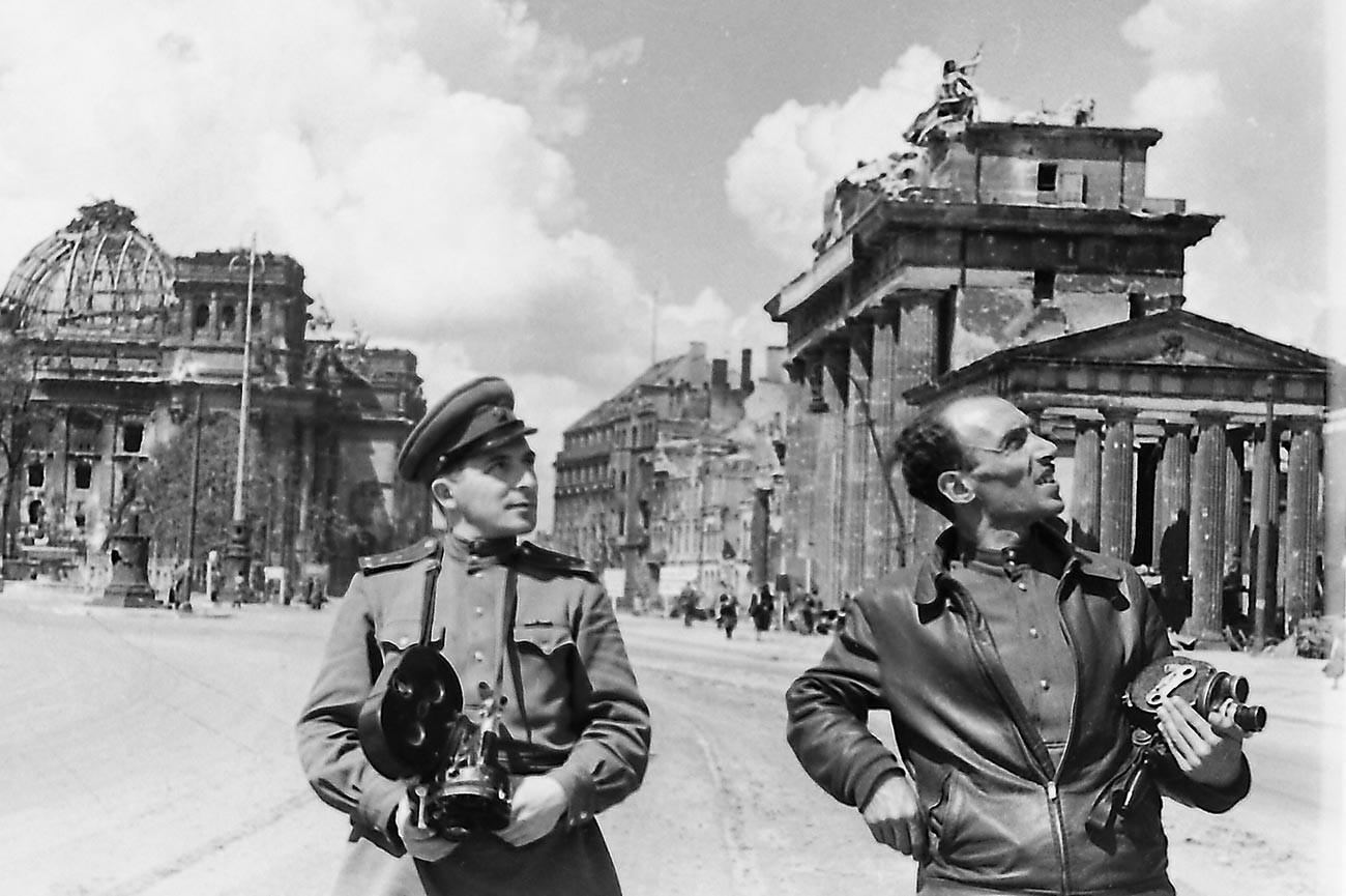 戦場カメラマンのイリヤ(左)とレフ・マズルホ。ベルリン、ブランデンブルク門にて。1945年6月