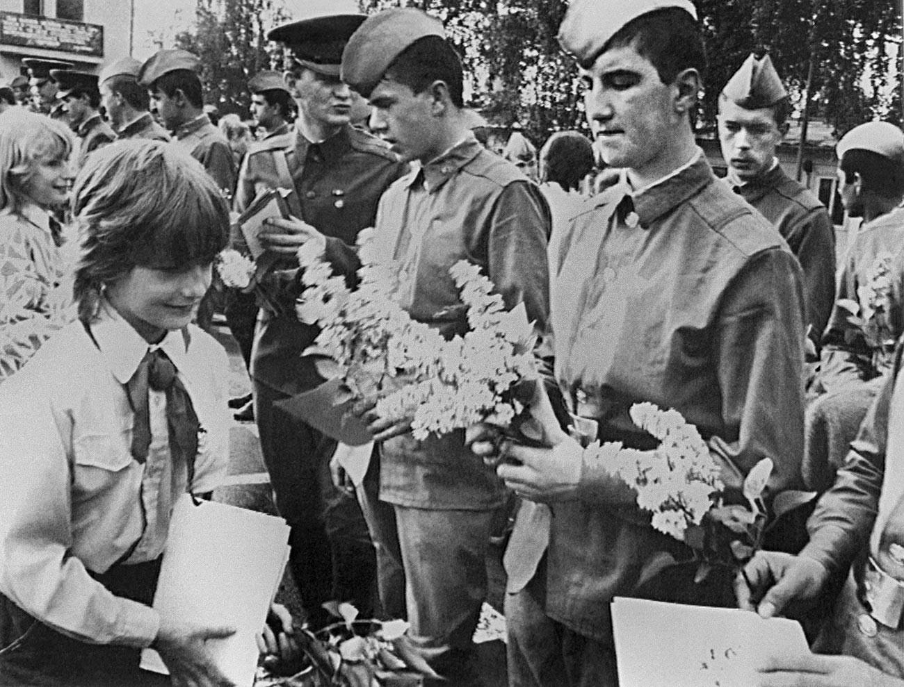 Umik sovjetskih čet iz Češkoslovaške, 1989. Pionirji lokalne šole se toplo poslavljajo od sovjetskih vojakov.