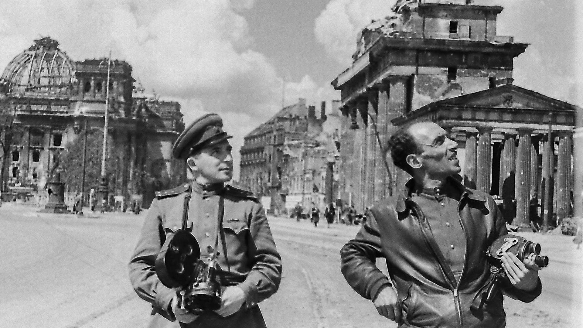 Fotografer perang Ilya Arons (kiri) dan Leon Mazrukho di Gerbang Brandenburg. Berlin, Juni 1945.