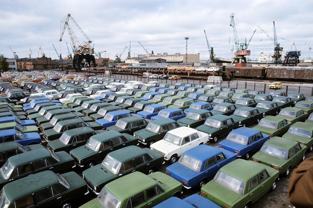 Latvijska SSR: Nezanemarljiv delež izvoza preko trgovskega pristanišča v Rigi so predstavljali avtomobili iz Toljatija