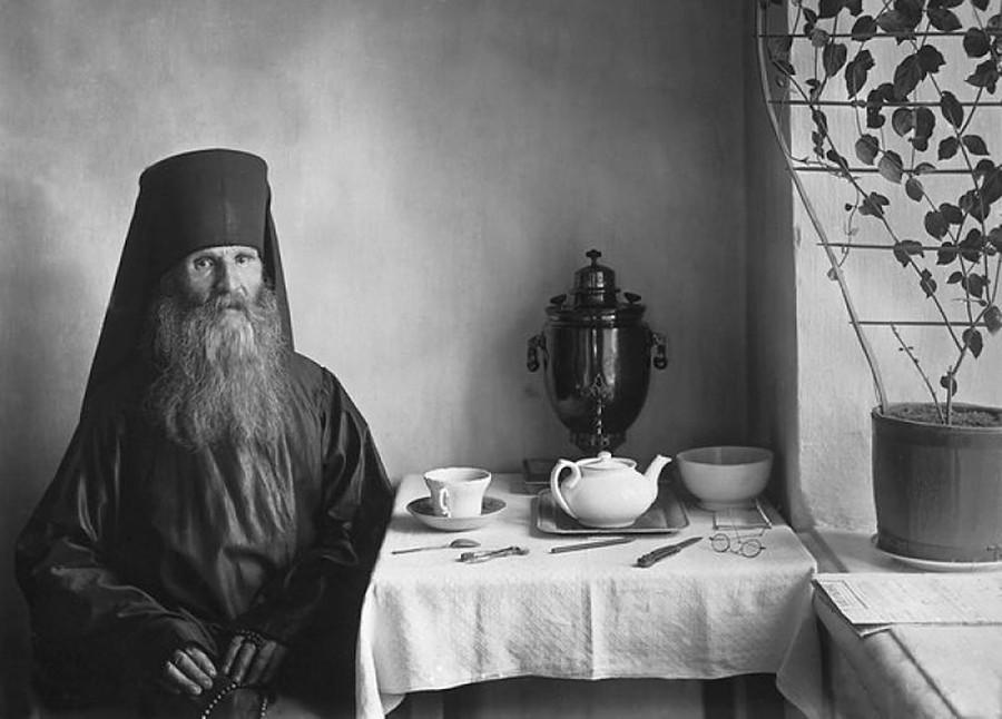 僧房の茶卓につくコネフスキー修道院の修道士。1900年代