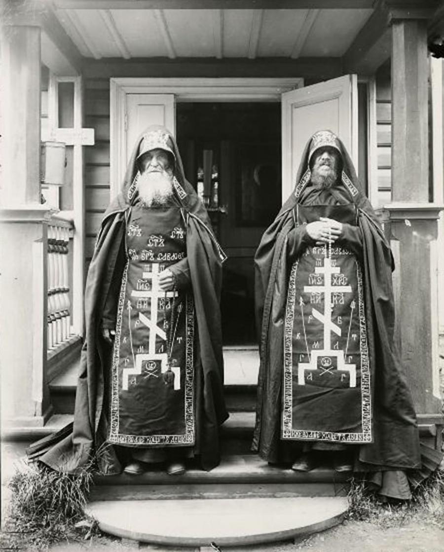 ウスペンスキー修道院の大スヒマ修道士ら。1892年